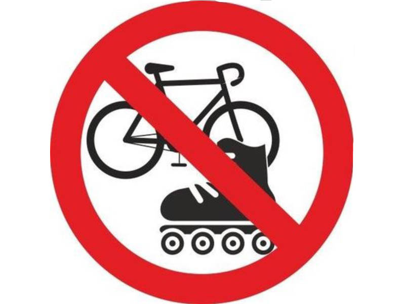 Наклейка Mashinokom На роликах и велосипедах запрещено 10x10cm VRO005