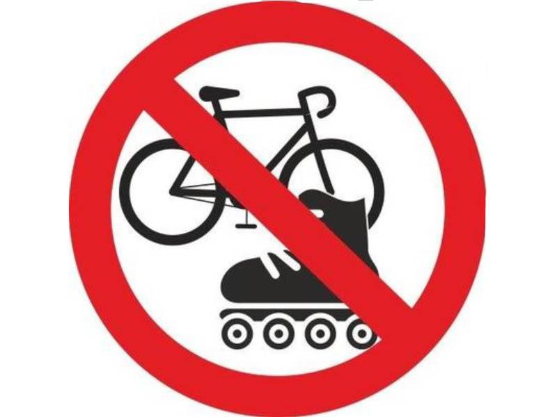 цена на Наклейка Mashinokom На роликах и велосипедах запрещено 10x10cm VRO005