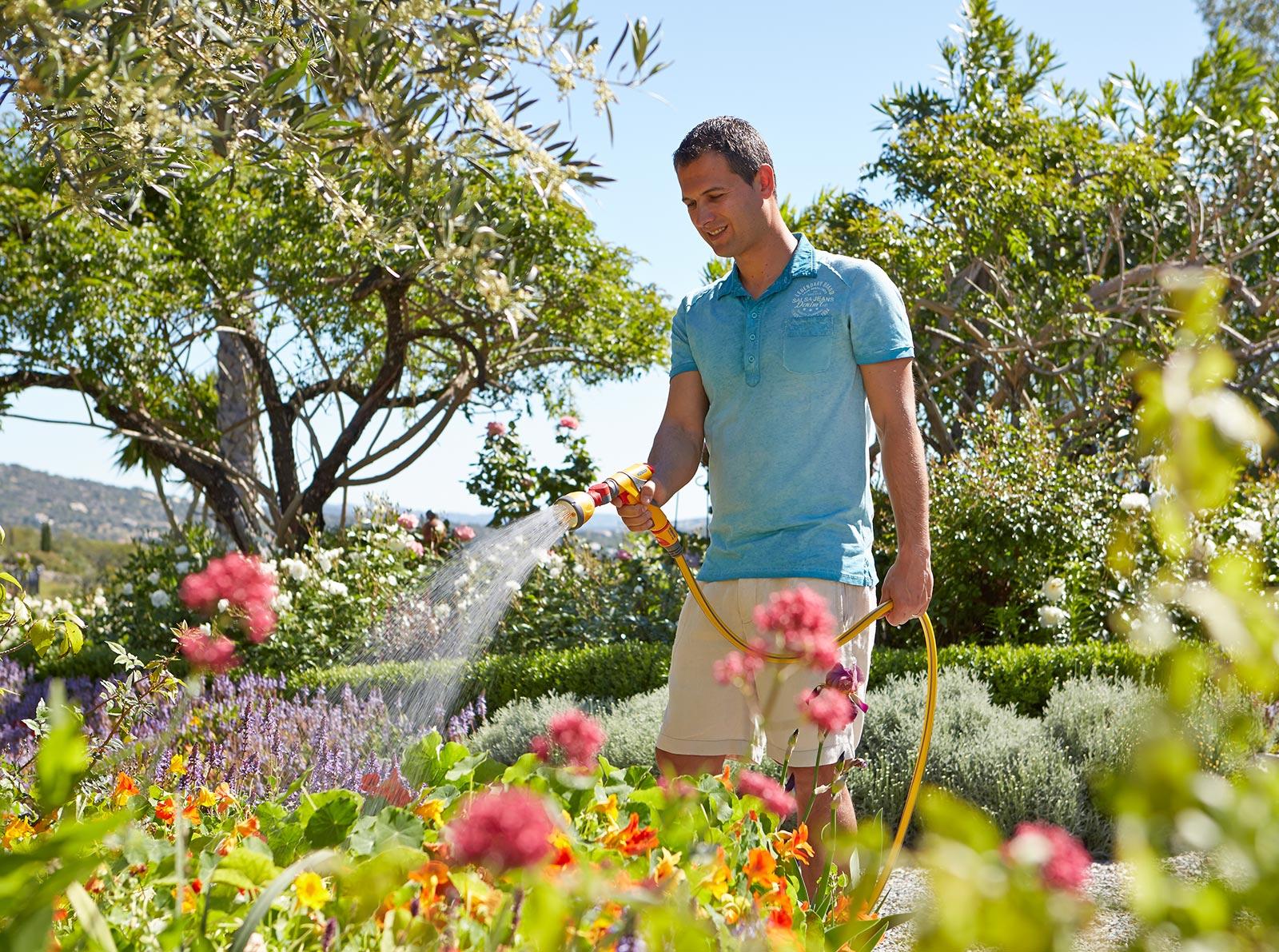 Человек поливает цветы картинки